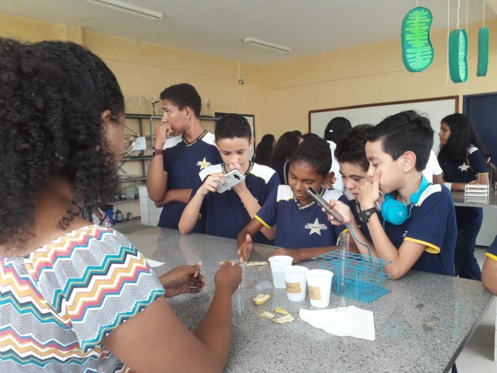 Alunos fazendo a extração de DNA de banana