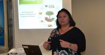 Profa. Dra. Ariadne Rocha ministrando o minicurso sobre Compostagem